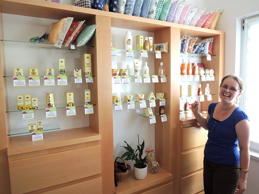 Dívka se směje u regálu s produkty firmy Pleva.