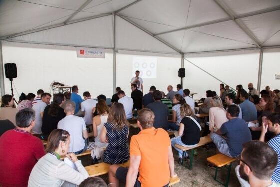 Pro přednášky byl vyčleněn i velký stan.