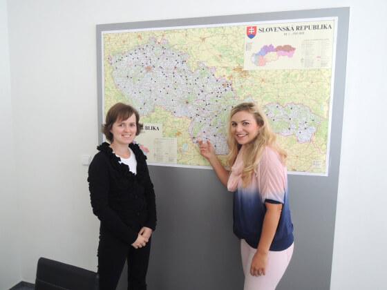 Simona Kijonková a Petra Mikulášková stojí před mapou výdejních míst zásilkovny.