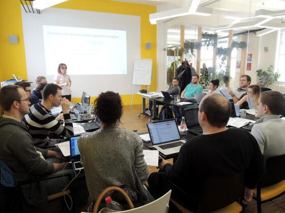 Skupina účastníků z prvního dne školení Certifikace Heuréky.