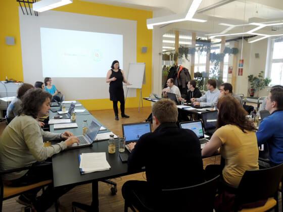 Veronika Slavíková (Heureka.cz) přestavuje projekt certifikace Heureka pro účastníky školení v Impact Hub Praha.