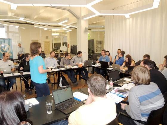 Zástupci Heuréky v pozadí účastníků školení Certifikace Heuréky