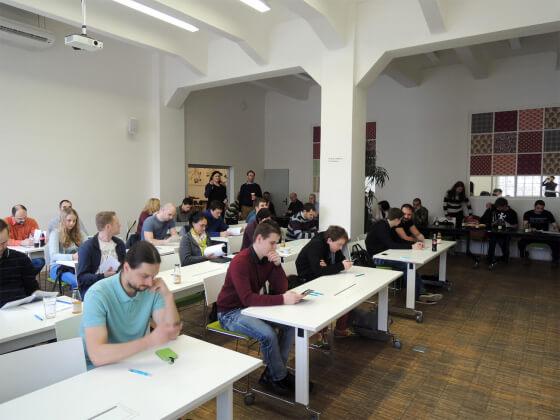 Účastníci (55) před testem.