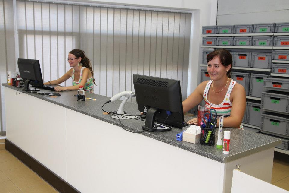 Dvě dívky v místnosti u počítačů