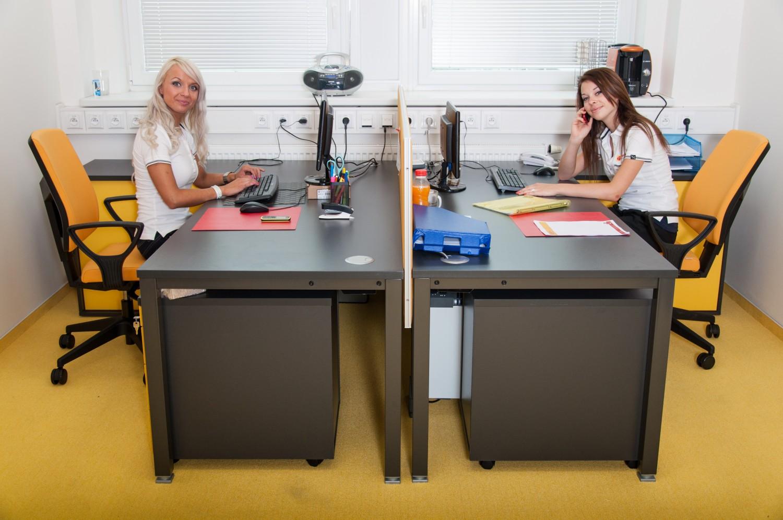 Dvě dívky za stolem