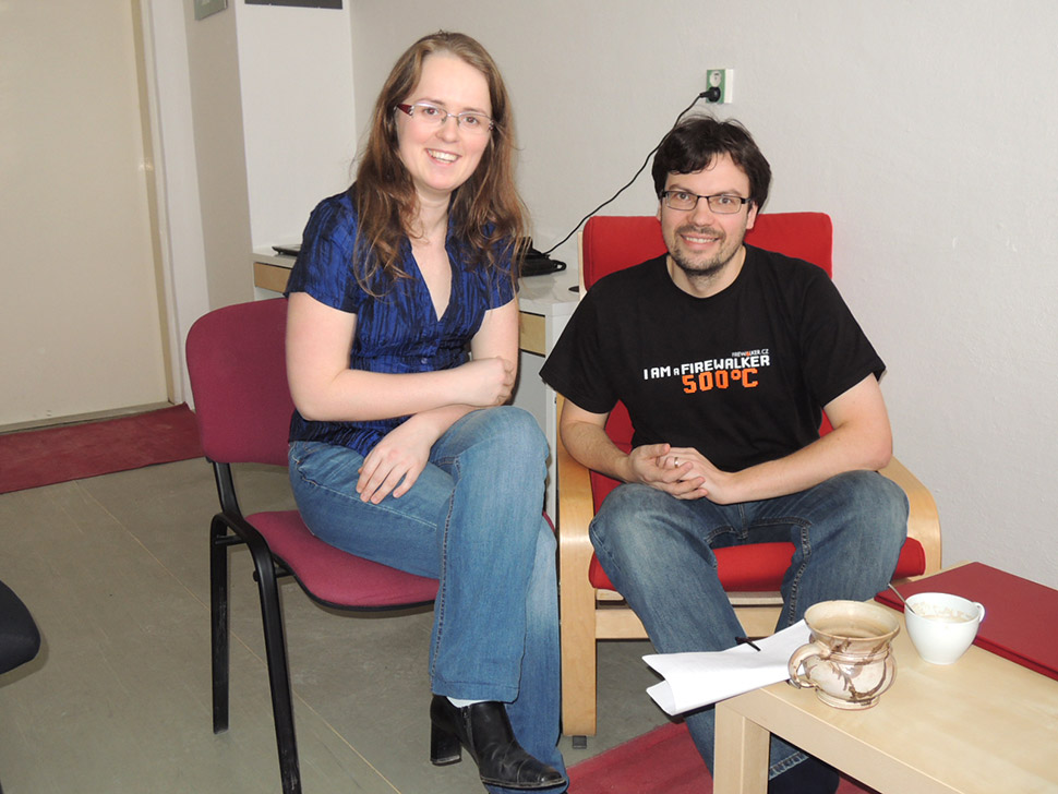 Osoby sedí na židlích. Petra Mikulášková a Vladimír Přichystal