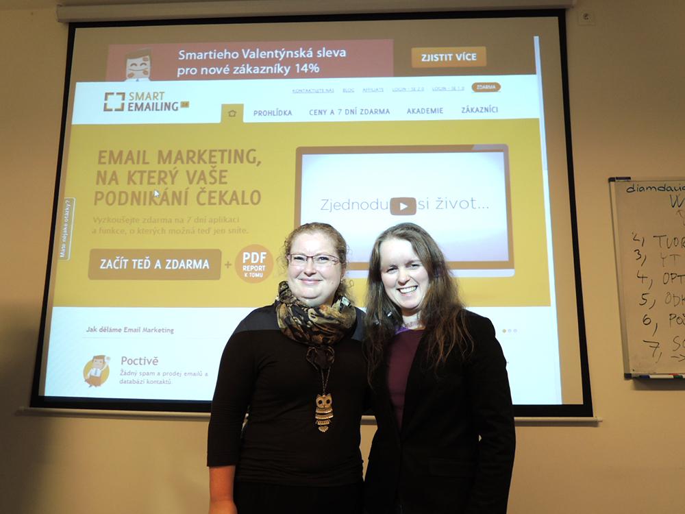 Dvě ženy před plátnem se zobrazením aplikace Smartemaling.