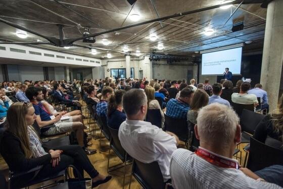 Mimo hlavní sál se konaly přednášky taktéž v menším sále o patro níže. Přednášky hlavního i menšího sálu byly nahrávané, takže k dispozici budou video záznamy z akce.