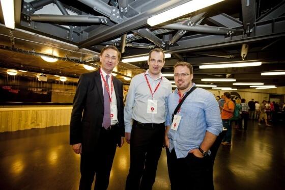 I představitelé konkurenčních technických řešení e-shopů se nebáli společné fotky. Zleva za BDO Advisory Petr Kymlička (společnost odkoupila firmu Netdirect) a David Vychytil za Netdirect. Vpravo pak Miroslav Uďan, představitel Shoptetu.