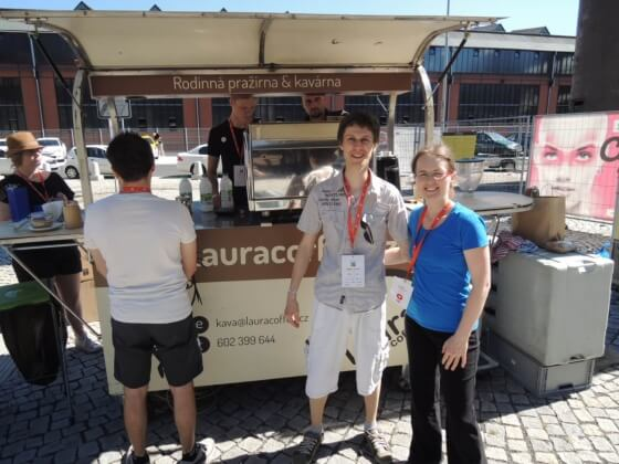 Všichni mohli zdarma využít šálku velmi dobré kávy z rodinné pražírny Laura Coffee Ostrava. V celém areálu byly k dispozici celkem 4 stánky s kávou, takže fronty byly minimální.