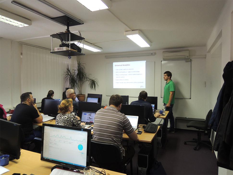 Lidé v učebně na školení Google Analytics s Janem Tichým z Medio Interactiv
