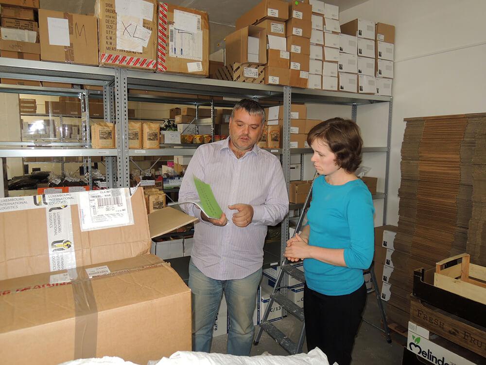 Dominik Formánek Petře Mikuláškové ukazuje ve skladu, co vše odesílá jeho zákazníkům.