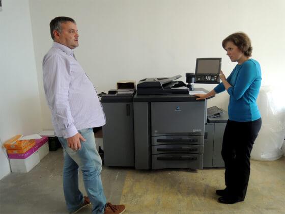 Dominik Formánek ukazuje Petře Mikuláškové tiskárnu na tisk tisíců dopisů.
