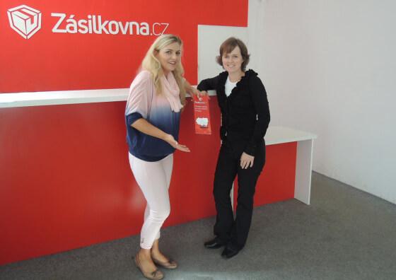 Petra Mikulášková a Simona Kijonková na výdejním místě zásilkovny v Praze