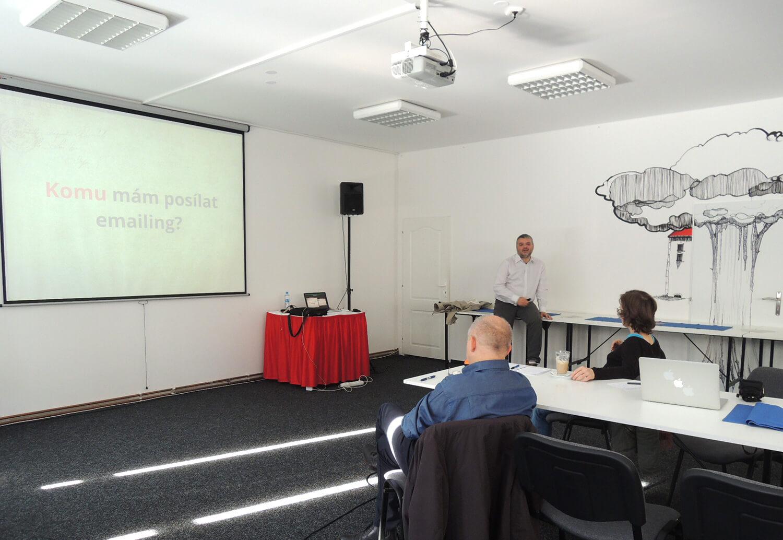 Prostory coworkingu Mitrovski - tři lidé se školí v email marketingu