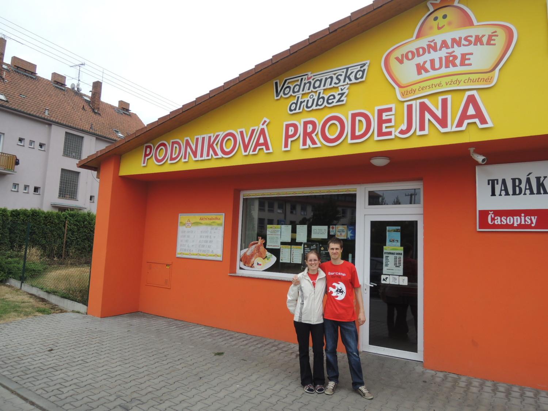 Petra Mikulášková a Mirek Sedlák stojí před podnikovou prodejnou Vodňanských kuřat.