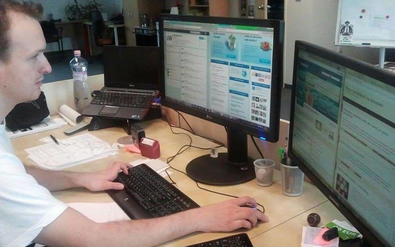 Pracovník Byznyswebu za počítačem.